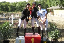 Mathilde, Camille et Pierre-Louis sur le podium de la Club 1 organisée aux Écuries du Bois Portier.